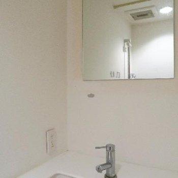 シャワールーム奥には洗面台も。
