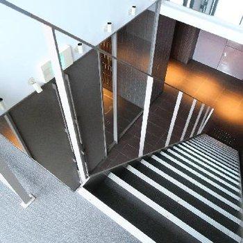 エントランスからはこちらの階段をあがって。。