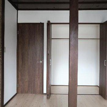 両部屋にたっぷり収納。