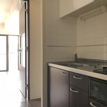 キッチンからの眺め。洋室は明るめ※ 写真は前回募集時のものです