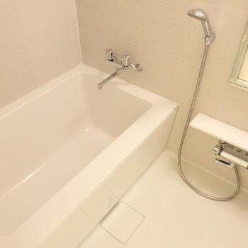 シャープな形のお風呂です。