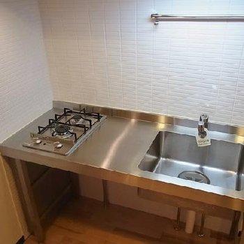 スマートなキッチン。※写真は別室