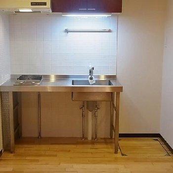 冷蔵庫は玄関側から死角。※写真は別室