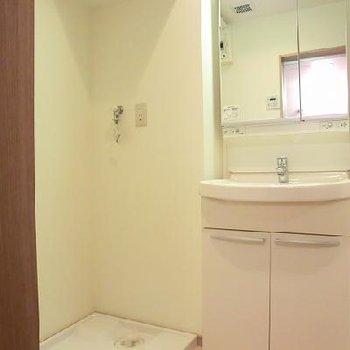 綺麗な独立洗面台。※写真は別のお部屋です