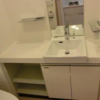 洗面台は横のスペースにいろいろ置けそう!