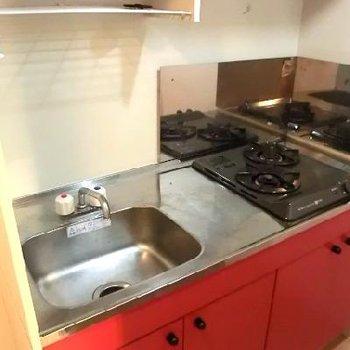 赤く可愛らしいキッチン