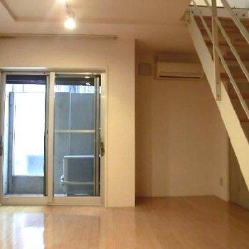 右側の階段下のスペースを有効に使いたい…!