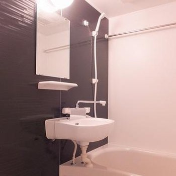お風呂には浴室乾燥機が付いています。※写真は別部屋