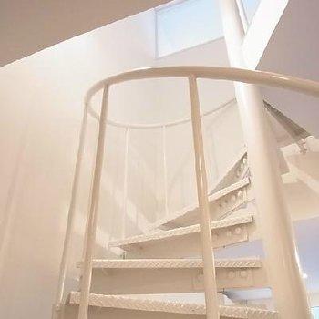 真っ白い階段が美しい※写真は別部屋