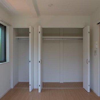 1階の寝室スペース。収納もバッチリです!