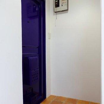 昔ながらのブルーの扉もぐっときちゃう