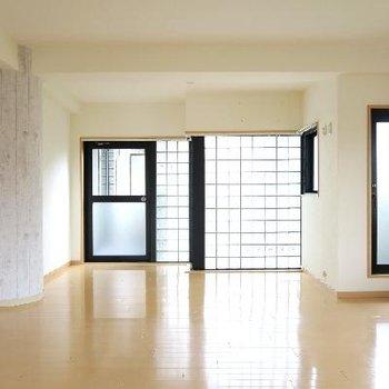 魅惑の3面採光。窓に囲まれた明るい空間!!