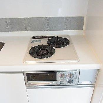 キッチンは2口でガスコンロです。※写真は別部屋です