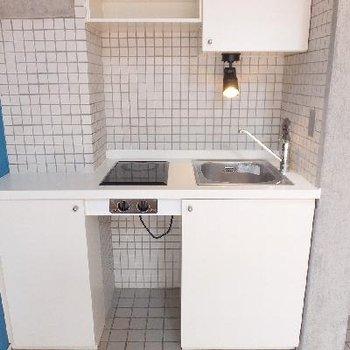 キッチンは電気コンロが2つ。コンパクトです。