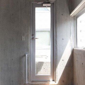 このドアから。