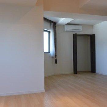 部屋側から見たリビングの収納スペース!