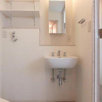 洗面台は簡単なもの。収納は自分で用意ですかね。