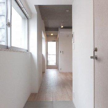 玄関からスライドドアを開けると。途中までタイルです。