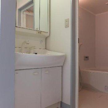 コンパクトなスペースですがここが脱衣所にもなります。※写真は前回募集時のものです