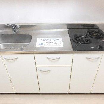 キッチンは2口コンロ。作業スペースもちゃんとあります!※写真は前回募集時のものです