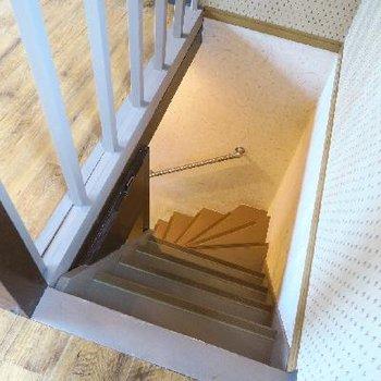 こちらの階段でお二階へ。