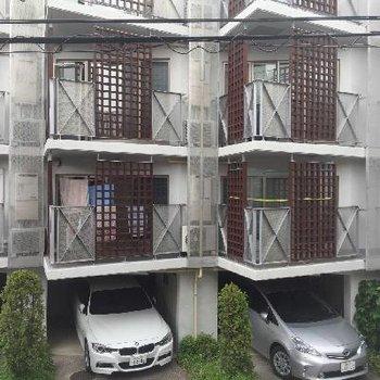 向かいのマンションもオサレですな