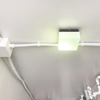 共用廊下の照明、好きだな〜〜。