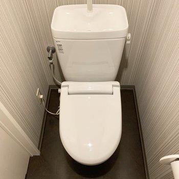 トイレは廊下からアクセス。こちらもストライプのクロスで雰囲気を変えて。