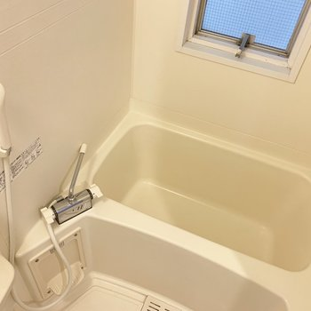 浴室はシンプル。窓付。