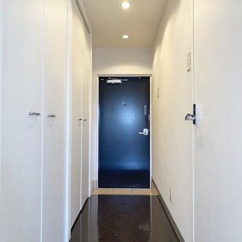 廊下と玄関。収納はこちらに。