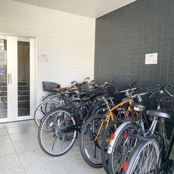 自転車置場はエントランス前に。屋内は嬉しいです。