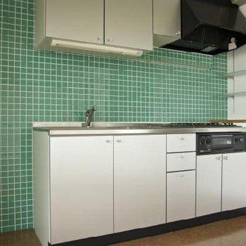 キッチンは3口ガスコンロ※写真は別の階のお部屋