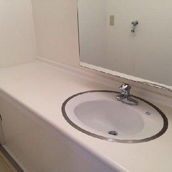 洗面台は広々!※写真は同じ間取りの別部屋です