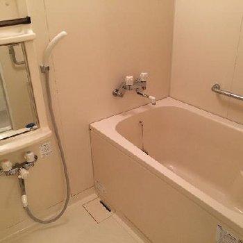 お風呂はわりと普通※写真は同じ間取りの別部屋です