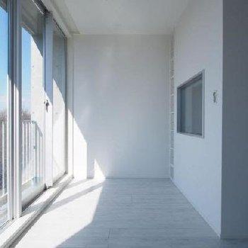 白壁に映る光の影も様になる。※写真は9階