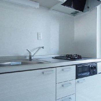 2口ガスキッチンの隣には小さなベランダも。※写真は9階