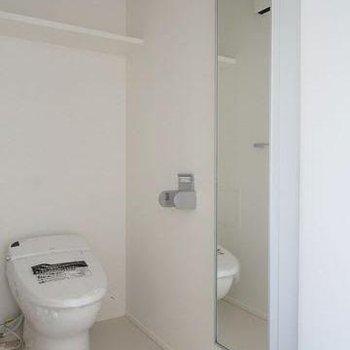 トイレはウォシュレット、脱衣所スペースと兼用。※写真は9階