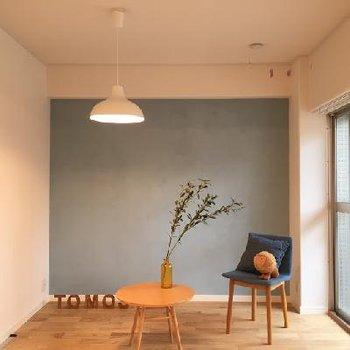 ベッドルームは淡いカラーに塗装、気持ちのいい空間に