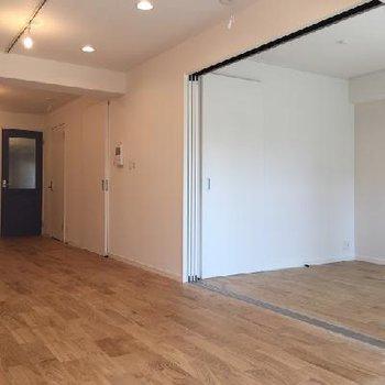 リビングの隣の洋室とは引き戸で調節可能