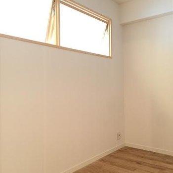 土間の裏手のお部屋、小窓が可愛らしくアクセントに