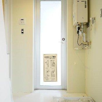 洗濯機置場と脱衣所です。※清掃前