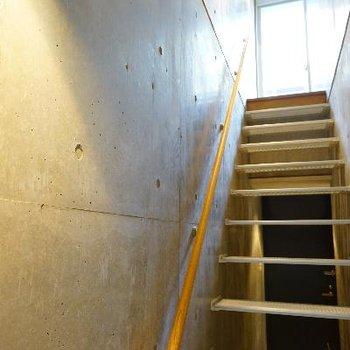 こんなカッコいい階段を上って2階へ!