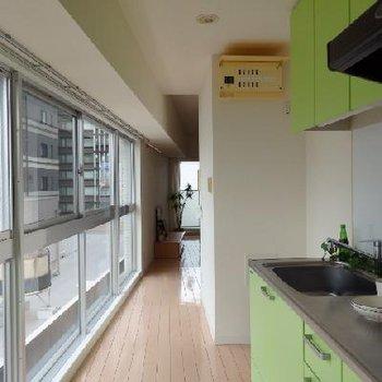 キッチンの窓に大きなディスプレイ窓!