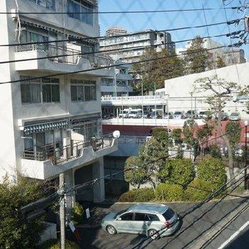 眺望は、良くはないかも。前の通りは車は少なめです。※写真は別部屋