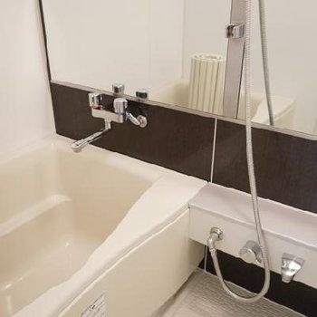 お風呂、広い!鏡が大きいのは女性も嬉しいですね。※写真は別部屋