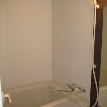 お風呂です。アクセントカラーがシック。※写真は別部屋です