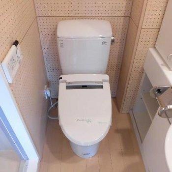 横にはトイレです