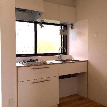白で可愛らしいキッチンに