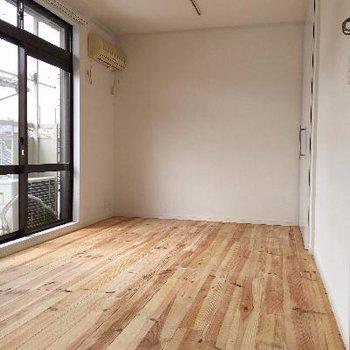 どんな家具とも相性の良いパインの無垢床