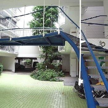 空中に浮かぶ螺旋階段!